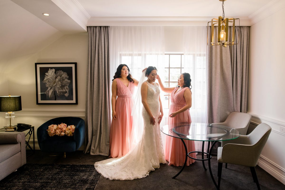 Hills-Lodge-Wedding-Bride-and-bridesmaids-getting-ready